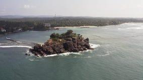 Fliegen eines Brummens über der Küste und der Inseln auf dem Ozean an der Dämmerung stock video