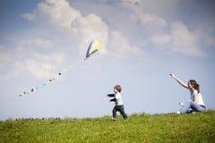 Fliegen eines Drachens Lizenzfreie Stockfotos