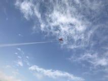 Fliegen eines Drachens im blauen Himmel Stockfotografie