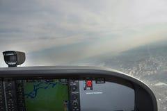 Fliegen eines hellen Flugzeugs Stockbild