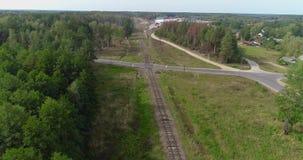 Fliegen entlang der Eisenbahn Eisenbahn in einer schönen Waldfläche stock video