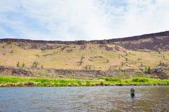 Fliegen-Fischer Casting auf dem Deschutes-Fluss Stockfotografie
