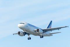Fliegen-Flugzeug Air France F-GUGF Airbus A318-100 landet an Schiphol-Flughafen Lizenzfreies Stockfoto
