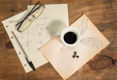 Fliegen mit einem Tasse Kaffee Lizenzfreie Stockfotografie