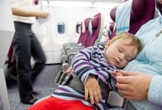 Bemuttern Sie und Schlafen Babyreise mit zwei Jährigen auf Flugzeug stockfoto