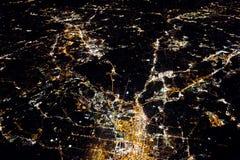 Fliegen nachts über citiesbelow Stockbild