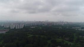 Fliegen oben über den Park und die Stadt an einem nebeligen Tag stock video