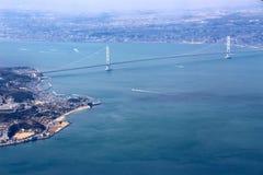 Fliegen in Osaka über der Brücke Stockbilder