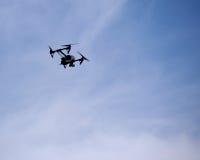 Fliegen quadcopter Flugzeugbrummen mit Kamera Stockbild
