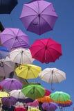Fliegen-Regenschirme in Arles Stockfotografie