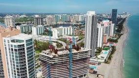 Fliegen Sie über die faszinierenden modernen Gebäude nahe Ozeanküstenlinie, sonnige Inseln auf den Strand setzen, Miami stock footage