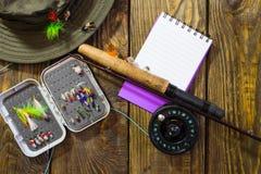 Fliegen Sie Kasten mit Fliegen, Hut und Tablette Lizenzfreie Stockfotos