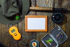 Fliegen Sie Kasten mit Fliegen und einen Hut auf einem Holztisch Lizenzfreies Stockfoto
