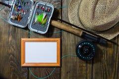 Fliegen Sie Kasten mit Fliegen und einen Hut auf einem Holztisch Lizenzfreies Stockbild