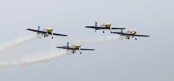 Fliegen-Stier-Kunstfliegen-Team auf dem Airshow Lizenzfreie Stockfotografie