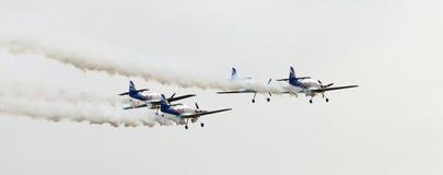 Fliegen-Stier-Kunstfliegen-Team auf dem Airshow Stockbilder