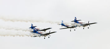 Fliegen-Stier-Kunstfliegen-Team auf dem Airshow Stockfotos