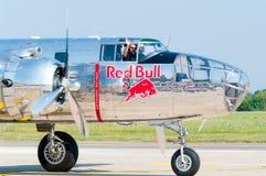 Fliegen-Stiere B-25 Mitchell On The Runway. Lizenzfreie Stockfotos