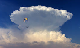 Fliegen um die ` große Welle ` Wolke Lizenzfreie Stockfotos