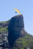 Fliegen um Felsen-Berg Lizenzfreies Stockfoto