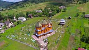 Fliegen um kleine Kirche auf einem Hügel - Luftflug Stockbilder