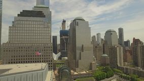 Fliegen um Lower Manhattan mit neuem Welthandelsmittegebäude in der Mitte stock video