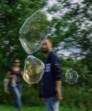 Fliegen- und burstihgseifenblasen Stockbild