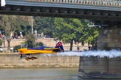 Fliegen unter das Brücke-Budapest-Rote Bull-Luftrennen Stockbilder