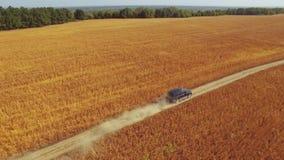 Fliegen vertikal über dem Autofahren auf Straße stock video footage
