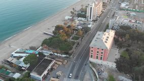 Fliegen von der Straße zum Strand stock video