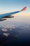 Fliegen zum Festland während Sun-Satzes Stockfotografie