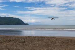 Fliegen zum Strand Lizenzfreie Stockbilder