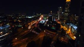 Fliegen zwischen Atlanta-Handelsgeb?uden Ansicht des beleuchteten-oben Stadtzentrums und der Autobahnen mit vielen Autos in der R stock footage
