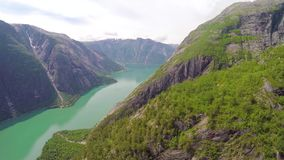 Fliegen zwischen Berge im schönen Fjord in Hardanger Norwegen stock video