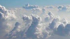 Fliegen zwischen Wolken stock video