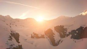 Fliegenabflussrinnenschneelandschaftswinternatursonnenuntergang-Vogelperspektivefliege vorbei stock footage