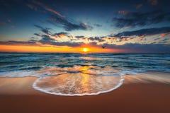 Fliegenbrummen über dem Meer Sonnenaufgangschuß Stockfotos