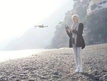Fliegenbrummen des jungen Mädchens über italienischer Küste Stockbilder