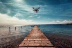 Fliegenbrummen, Meer und hölzerner Pier Lizenzfreies Stockfoto
