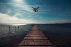 Fliegenbrummen, Meer und hölzerner Pier Lizenzfreie Stockfotografie