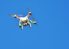 Fliegenbrummen mit angebrachter Kamera stockfoto