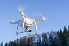Fliegenbrummen mit Kamera, Winterszene Stockfotos