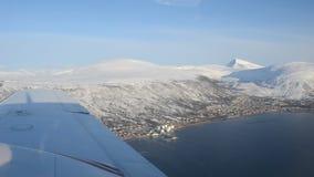 Fliegend über die Tromsoe-Stadtinsel und das Festland von, tromsdalen im Spätwintersonnenschein, Luftüberblickvideo stock footage