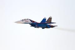 Fliegende Anzeige und aerobatic Show von russischen Rittern in Bahrain-International Airshow Stockfotos