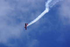 Fliegende Anzeige und aerobatic Show von Zelazny-Gruppe in Malopolski Piknik Lotniczy (Luftfestival), Krakau Lizenzfreie Stockbilder