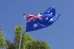 Fliegende australische Flagge Lizenzfreie Stockfotos