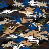 Fliegende blaue Schwalbe auf dem Hintergrund des nahtlosen Musters der Tarnung stockfotografie