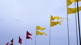 Fliegende bunte Fahnen auf Fahnenmasten auf Himmelhintergrund während des Sommerfestivals stock video footage