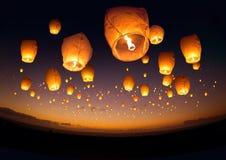 Fliegende chinesische Laternen Stockbild
