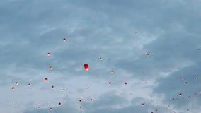 Fliegende chinesische Laternen stock footage
